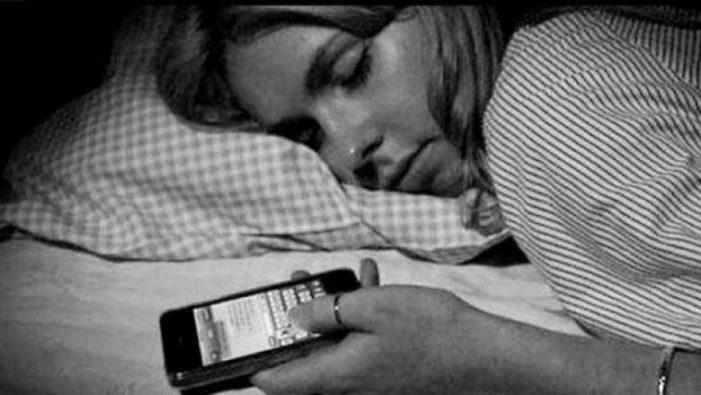 Pse nuk duhet të flini me celularin afër