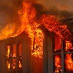 Përfshihet nga zjarri një banesë në Gjirokastër, gruaja përfundon në spital