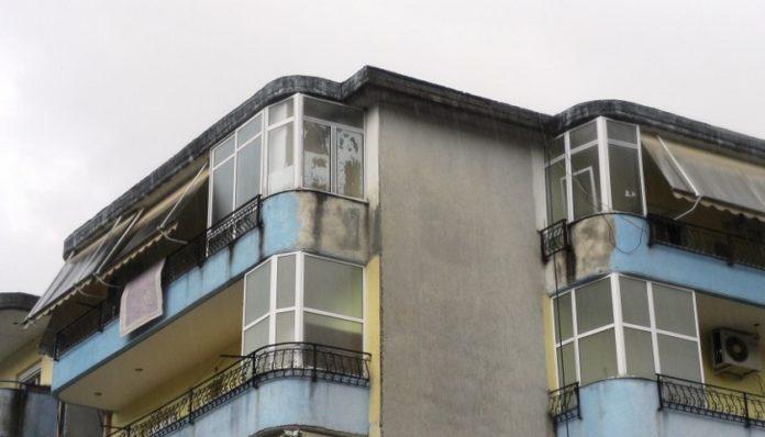 Tentoi të shkrinte akullin e depozitës, rrëshqet dhe gjen vdekjen i moshuari në Gjirokastër