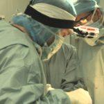 Përse kirurgët veshin uniformë ngjyrë të gjelbër