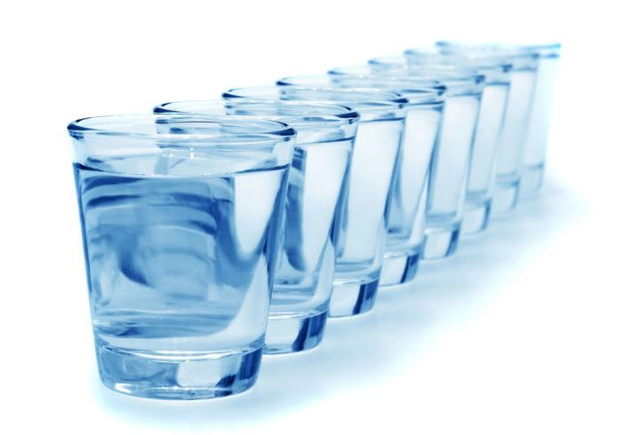 Çfarë i ndodh trupit tuaj po të pini një muaj rresht një gotë me ujë esëll