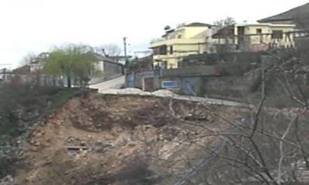 Rrëshqitje dheu në Gjirokastër, rrezikohet një banesë