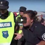 VIDEO/ Tri femra topless shkaktojnë përleshje në plazh