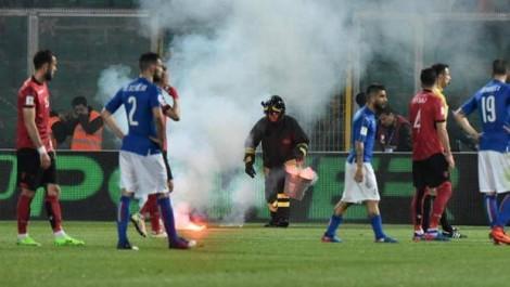 Italianët nuk falin, fillojnë arrestimet e tifozëve që prishën ndeshjen