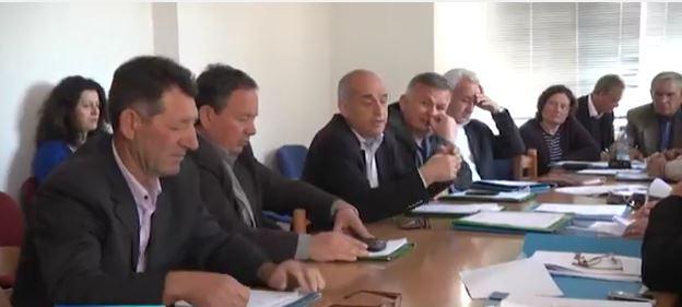 Debate në Dropull, bashkëshortja e Spiro Kserës: Të mos flitet shqip në mbledhjet e Këshillit Bashkiak