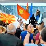 Tensione në Maqedoni, gjakosen Zaev e Sela. Ambasadorët: Koha për dialog, jo dhunë