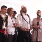 """""""Çmendet"""" Lindita Rova, ia merr këngës vënçe me gjimnazistët (VIDEO)"""