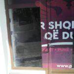 """Incident elektoral në Gjirokastër. Kush po i gris posterat e PS në """"Manalat""""?"""