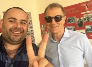 """Giani de Biasi i dhuron Shqipërisë votë """"kuqezi"""""""
