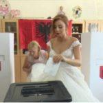 Votimi i 'çmendur', nusja hedh votën me fustan të bardhë