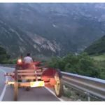 "VIDEO/ Fermeri me zetor i ""bllokon"" rrugën Mirela Kumbaros"