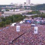 Rusia 'nën këmbët' e Arilena Arës, këndon shqip në mes të Moskës (Video)
