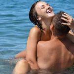 VIDEO +16/ Plas seksi në publik në plazhet e Sarandës