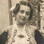 Foto e rrallë e Musine Kokalarit, e veshur me kostum tradicional të Gjirokastrës