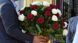 Deputetit nga Gjirokastra i çojnë lule në Kuvend, feston 55 vjetorin e lindjes (FOTO)