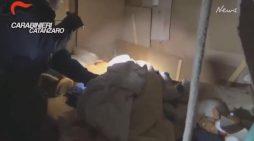 Çnjerëzore, italiani mban 29-vjeçaren 10 vjet të lidhur me zinxhir në bodrum, lindi dy fëmijë