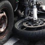 Aksident/ Makina përplas motorin, dy të plagosur