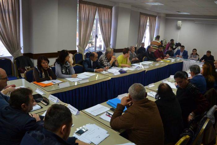 Këshilli Bashkiak i Gjirokastrës jep tituj nderi 'pa doganë', 6 emra do të miratohen brenda një dite. Mes tyre edhe një këngëtare