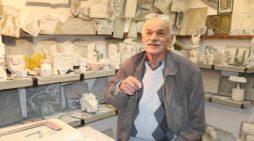 """Trashëgimtari i punimeve të gurit, ja 80-vjeçari nga Gjirokastra që """"mban gjallë"""" figurat patriotike"""
