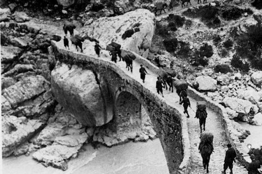 Ushtarët grekë në tokën shqiptare, si quheshin dhe a i lyenin vërtet buzët me të kuq?