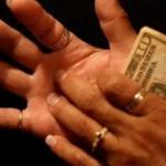 Të kruhet dora, do merrni apo do jepni para? Zbulohet e vërteta