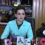 Zamira Ramin s'e mbajnë nervat, i përgjigjet ashpër Mirela Kumbaros: Njeri me fiksime, po luan pingpong. Ne thjesht bëmë njoftimin, nuk i ndalojmë dot makinat në kalldrëmet e reja