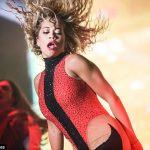 """Koncerti për pavarësinë e Kosovës, Rita Ora """"çmend"""" fansat me veshjen kuq e zi, shfaqet tepër seksi (FOTO)"""