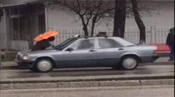 Gjirokastriti lan makinën në mes të shiut, pamjet që bëjnë xhiron në rrjetet sociale (VIDEO)