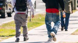 Ligji më i çuditshëm: Ndalohet të vishen pantallonat e gjera