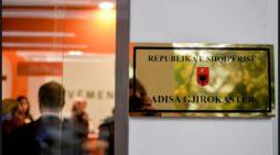 Kapet 'mat' deputeti i Gjirokastrës, shihni çfarë bën për 8 Marsin (FOTO)