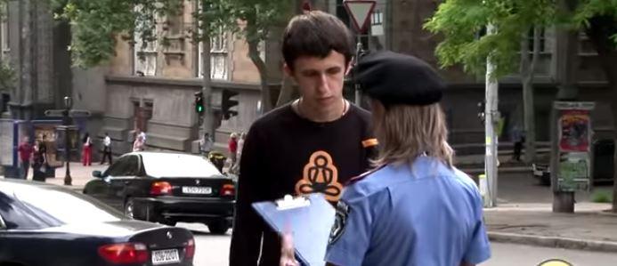 Kamera e fshehtë, shihni çfarë i ndodh kësaj police seksi (VIDEO)