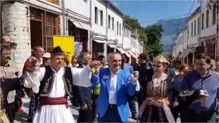 Hapet sezoni turistik në Gjirokastër, Ilir Meta hedh valle me Vangjel Tavon në qafën e pazarit (VIDEO)