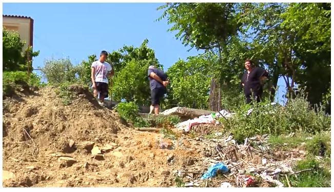 Frikë në Gjirokastër, çarjet e tokës nuk ndalen në lagjet e rrezikuara (VIDEO)