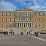 Greqi, shqiptari i merr pistoletën policit brenda në sallën e gjyqit dhe kërcënon ata që e kishin paditur