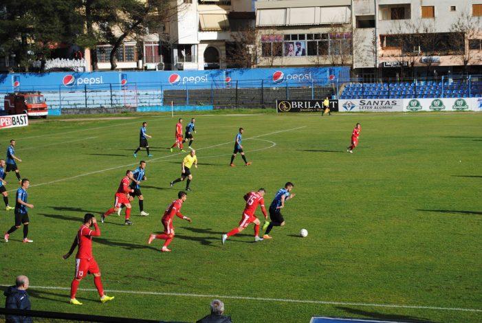 Dështimi në ndeshjen e parë të kampionatit, tifozeria braktis Luftëtarin, duartrokitje për ekipin e Kastriotit
