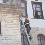 Gjirokastër, i 'vihet flaka' shtëpisë së Enver Hoxhës (FOTO)