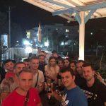 Deputeti i Gjirokastrës ua shtron me birra të rinjve të FRESSH. A janë të gjithë mbi 18 vjeç? (FOTO)