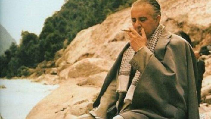 'Garipi' Enver Hoxha, e vërteta e fotos me cigare në gojë