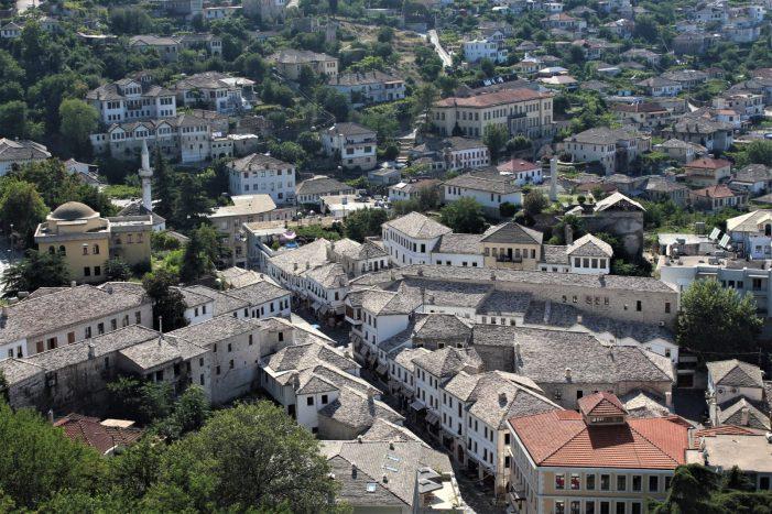 Vidhet një shtëpi në Gjirokastër, shpallet në kërkim 21-vjeçari