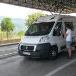 Gjirokastër, të rinjtë e 'Smile Albania' i 'zënë pritë' udhëtarëve në Kakavijë (FOTO)