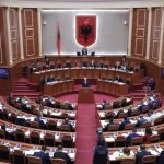 LSI del blof në Kuvend, shihni çfarë bëjnë me kartën e votimit të deputetit të Gjirokastrës (VIDEO)