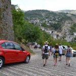 Nga Gjirokastra largohen banorët, por dynden turistët. Ja shifra rekord e vizitorëve nga janari në gusht