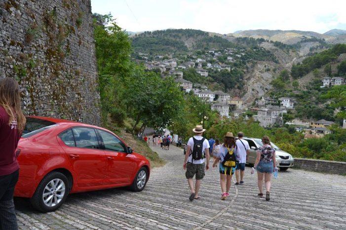 Dalin shifrat/ Rritet numri i turistëve në Shqipëri, por edhe numri i shqiptarëve që pushojnë jashtë
