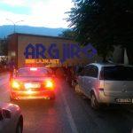 Kaos në Gjirokastër, kamioni me elektroshtëpiake bllokon trafikun në '18 Shtatori' (FOTO)