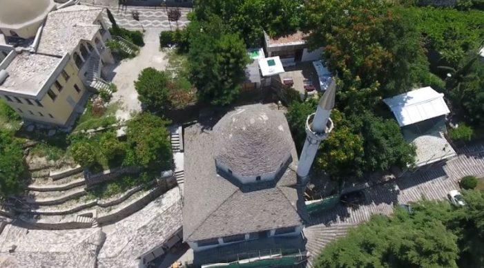Kumbaro uron Kurban Bajramin me kantierin e restaurimit të Xhamisë së Pazarit në Gjirokastër (VIDEO)