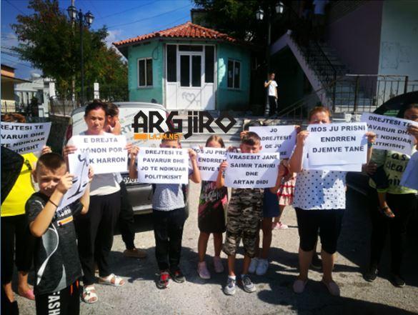 Protestë në Lazarat, familjarët e të dënuarve për vrasjen e policit të RENEA-s kundër vendimit të Gjykatës: I burgosën pa prova! (FOTO)
