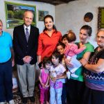Gjirokastër, Zamira Rami dorëzon te familja Haska çekun me 500 euro që i dha konsulli grek (VIDEO)
