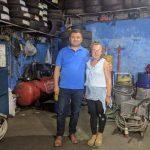 Histori njerëzore/ Njihuni me Xhoin, vajza 21-vjeçare që punon si gomiste (FOTO)