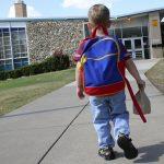I braktisur në Gjirokastër pas divorcit të prindërve, fëmija me autizëm nis klasën e parë (FOTO)