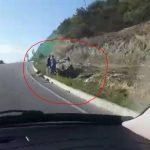 Aksident në Levan-Tepelenë, makina del nga rruga dhe përmbyset (VIDEO)